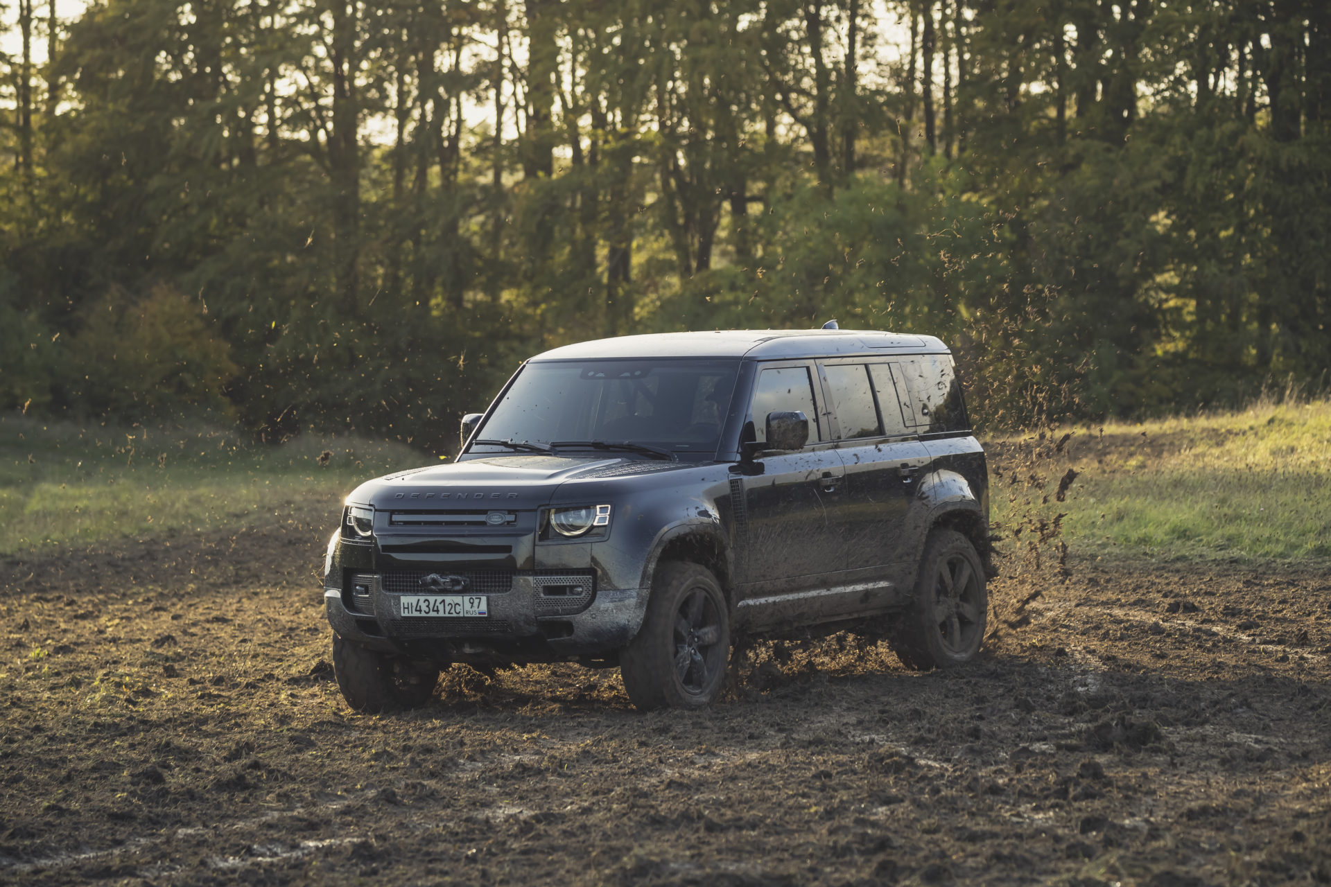 Behind_the_scenes_image_of_the_New_Land_Rover_Defender_featured_in_No_Time_To_Die__02[1]
